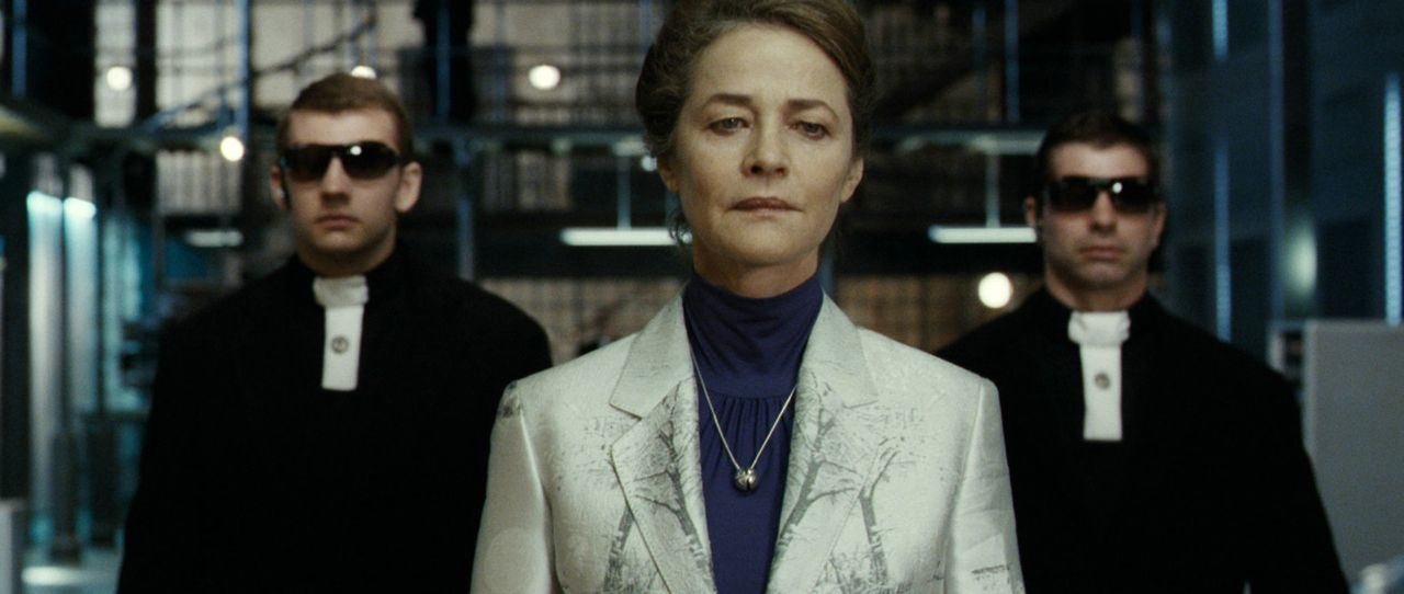 Auch die Priesterin der Noeliten (Charlotte Rampling, M.) hat großes Interesse an Aurora ... - Bildquelle: 2008 BABYLON A.D SAS / BABYLON FILMS LIMITED / STUDIOCANAL / M6 FILMS