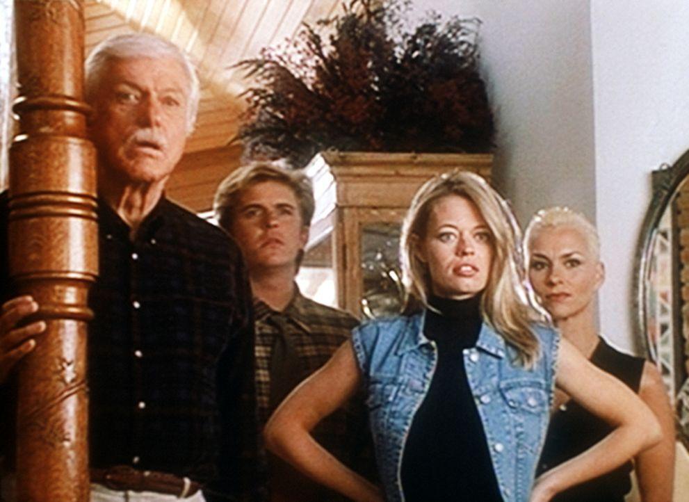 (v.l.n.r.) Mark (Dick Van Dyke), Jesse (Charlie Schlatter), Melissa (Jeri Lynn Ryan) und Janet (Susan Powter) werden in Marks Haus von Reportern bel... - Bildquelle: Viacom