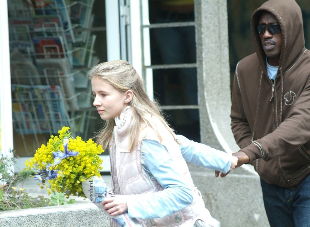 Die 12-jährige Emily (Eliza Bennett, l.) ist die Einzige, die CIA-Agent James Dial (Wesley Snipes, r.) jetzt noch aus dem Netz aus Intrigen und Mord... - Bildquelle: Copyright   2007 Chaintron Limited and RMA Productions EOOD. All Rights Reserved.