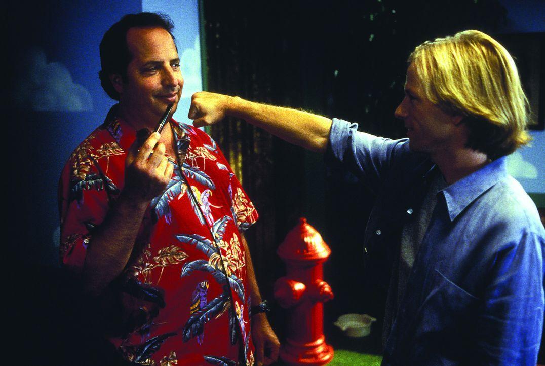 Dylan Ramsey (David Spade, r.) hat offensichtlich ein Problem mit Harry (Jon Lovitz, l.) ... - Bildquelle: Warner Brothers