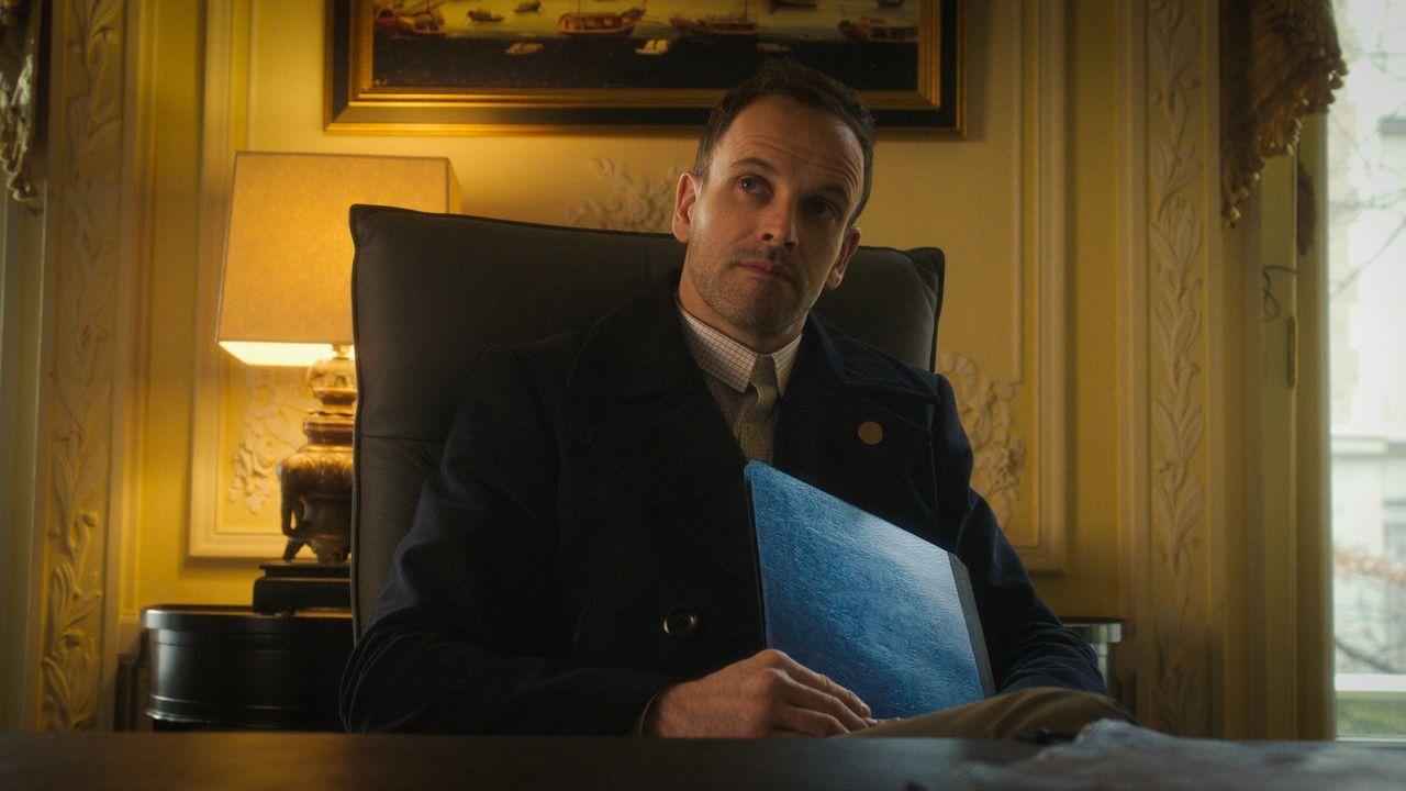 Nicht nur ein neuer Mordfall, sondern auch der Anschlag auf seinen Vater beschäftigt Sherlock Holmes (Jonny Lee Miller) ... - Bildquelle: 2016 CBS Broadcasting Inc. All Rights Reserved.