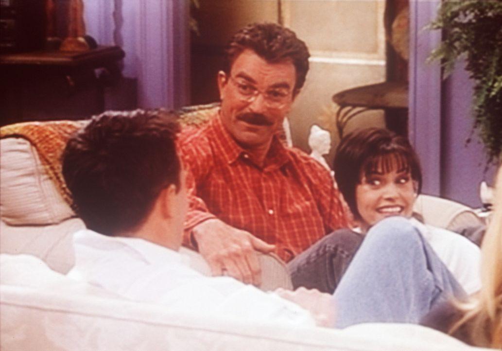 Chandler (Matthew Perry, l.) hat übers Internet eine Frau kennen gelernt. Dr. Burke (Tom Selleck, M.) und Monica (Courteney Cox, r.) sind ganz gesp... - Bildquelle: TM+  2000 WARNER BROS.