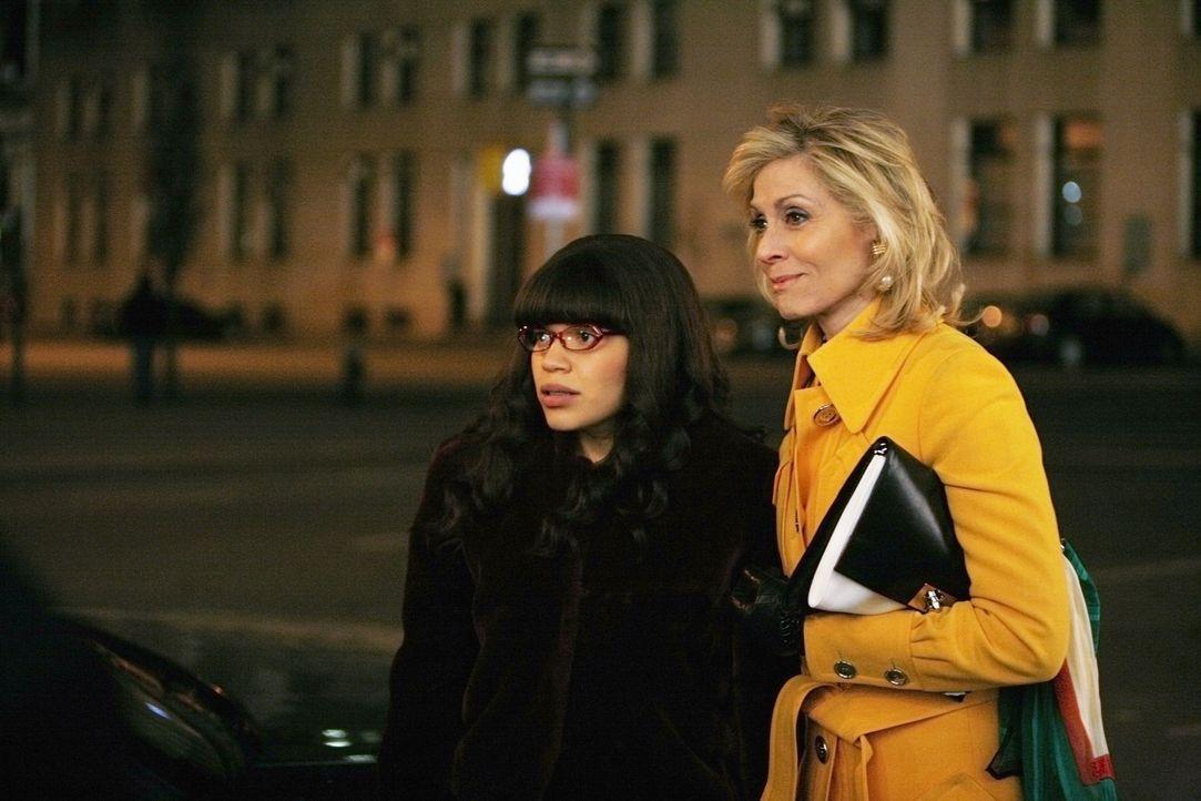 Haben ein Problem: Betty (America Ferrera, l.) und Claire (Judith Light, r.) ... - Bildquelle: 2008   ABC Studios