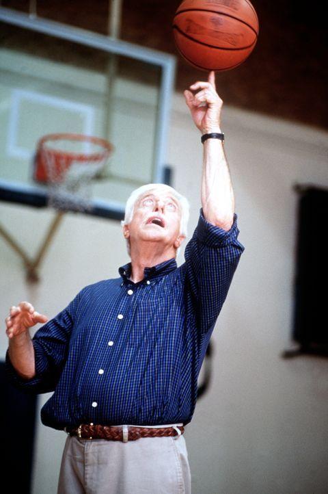 Dr. Mark Sloan (Dick Van Dyke) versucht sich als Basketballer und zaubert einige tolle Tricks hervor. - Bildquelle: Viacom