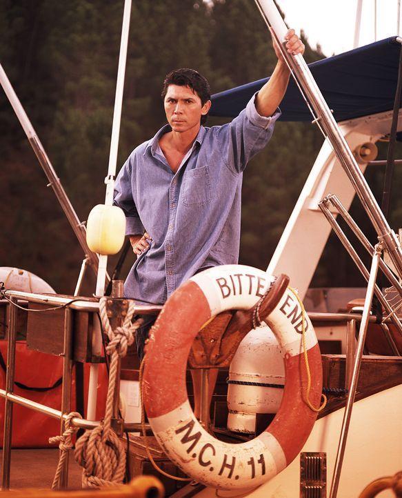 Die Dealer nehmen Sanders (Lou Diamond Phillips) und das Ökologenteam als Geiseln und zwingen sie, nach verlorenem Drogengeld zu tauchen. Doch beid... - Bildquelle: 2003 Sony Pictures Television Inc. All Rights Reserved.