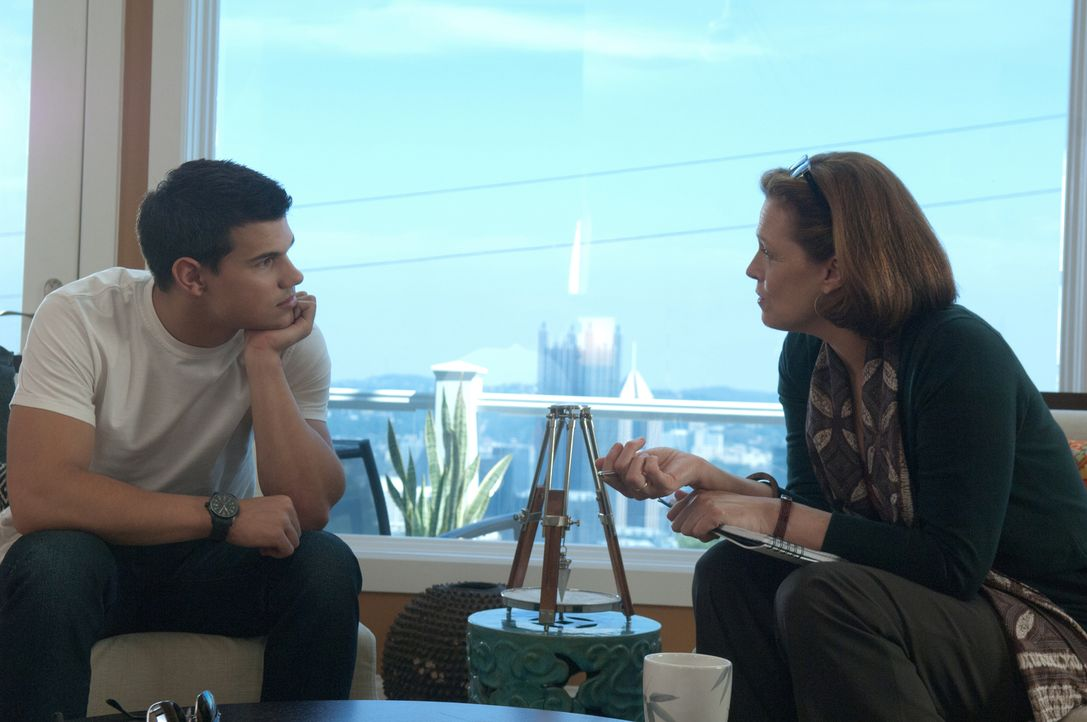 Nathan (Taylor Lautner, l.) ahnt nicht, dass seine Therapeutin Dr. Bennett (Sigourney Weaver, r.) genau weiß, was es mit seinem wiederkehrenden Alpt... - Bildquelle: 2011, Vertigo Entertainment, Gotham Group, Tailor Made, Quick Six Entertainment, Lionsgate Films Inc.