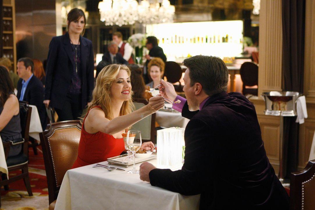 Kate Beckett (Stana Katic, hinten r.) muss das Date von Richard Castle (Nathan Fillion, r.) und Madison Queller (Julie Gonzalo, M.) unterbrechen, de... - Bildquelle: ABC Studios