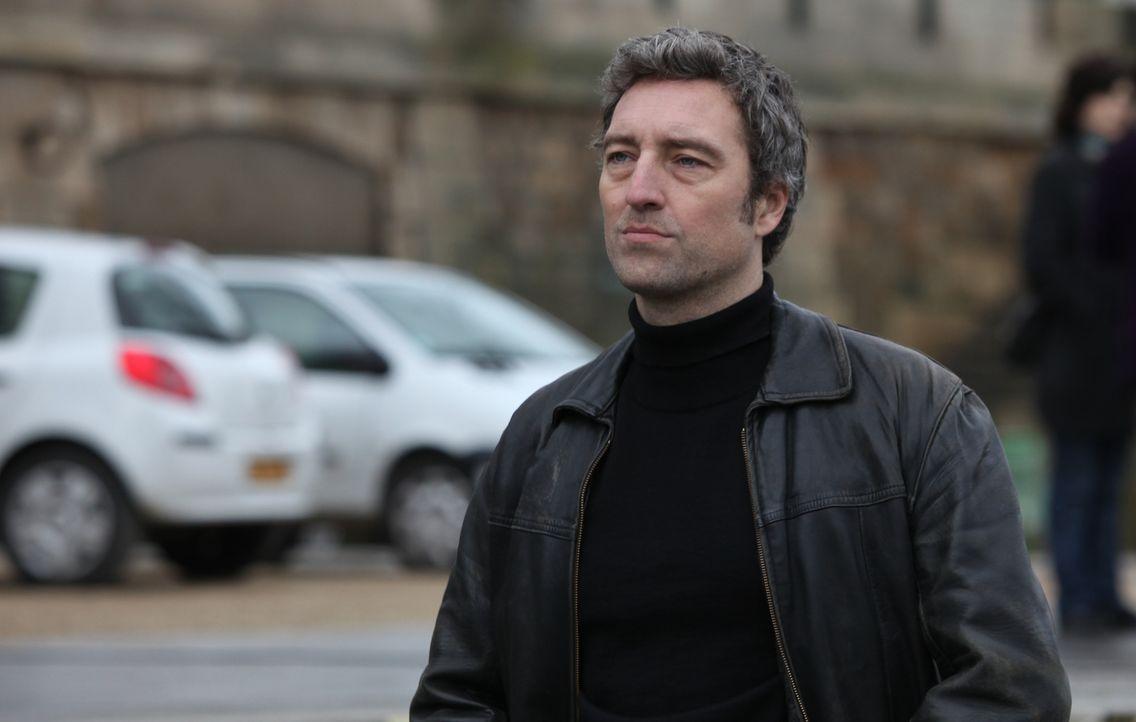 Was weiß Skela (Benjamin Baroche) über den Tod einer Kollegin aus der Abteilung Bandenkriminalität? - Bildquelle: Xavier Cantat 2011 BEAUBOURG AUDIOVISUEL