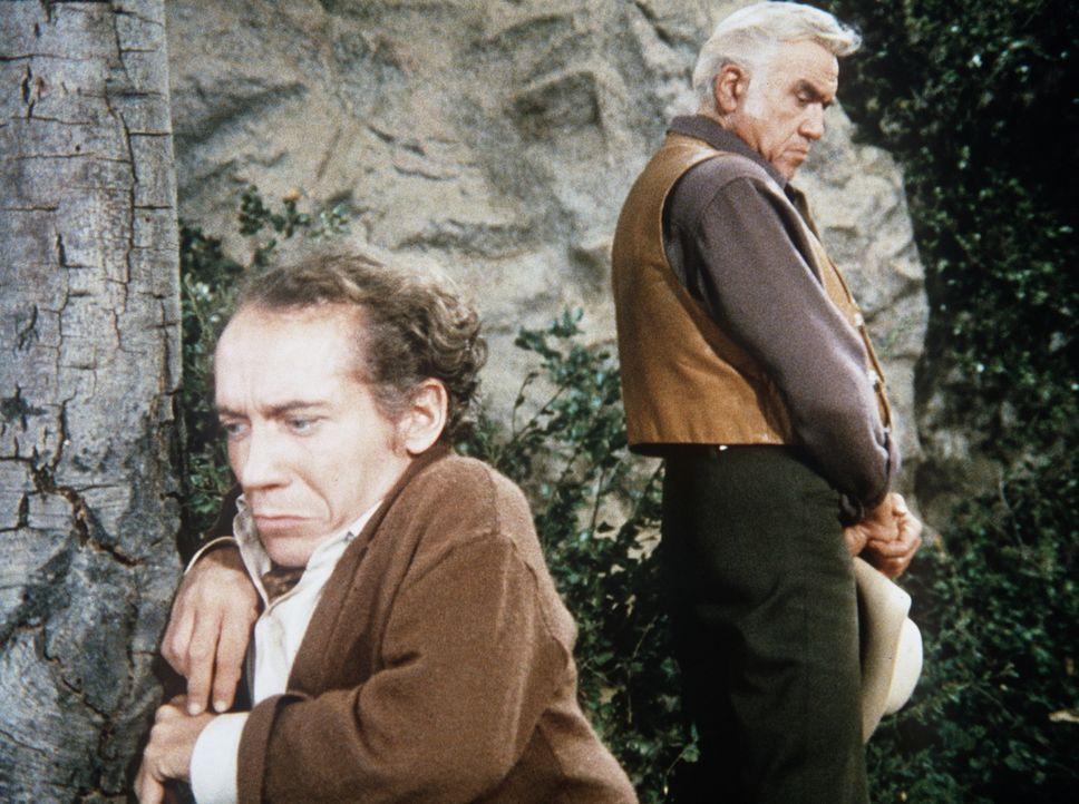 Ben Cartwright (Lorne Greene, r.) möchte dem Liliputaner George Marshall (Michael Dunn, l.) helfen, eine Arbeit zu finden. - Bildquelle: Paramount Pictures