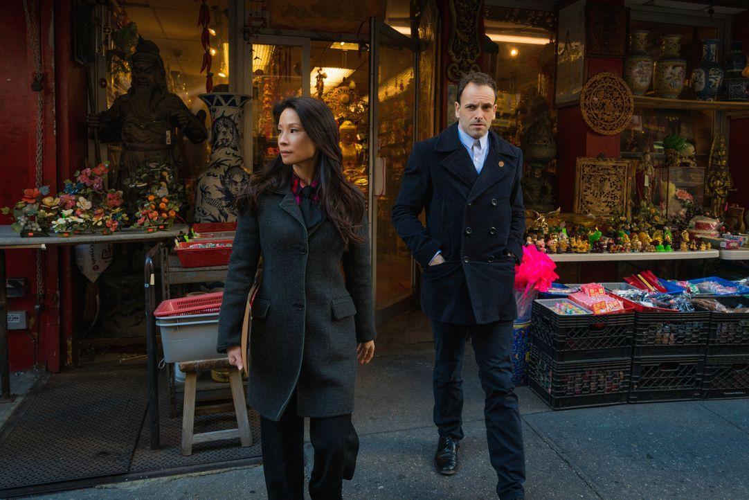 Ein neuer Mordfall beschäftigt Sherlock Holmes (Jonny Lee Miller, r.) und Joan Watson (Lucy Liu, l.) ... - Bildquelle: Michael Parmelee 2016 CBS Broadcasting Inc. All Rights Reserved.