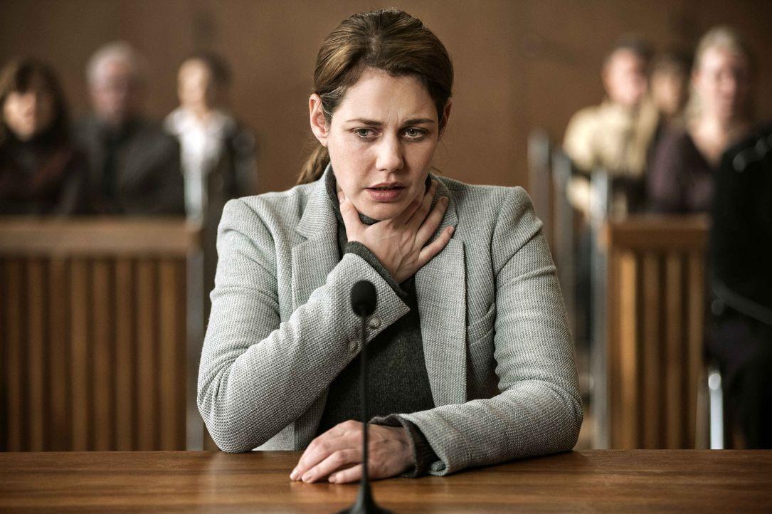 Leonie (Felicitas Woll) ersticht ihren Mann mit einem Tranchiermesser: Jetzt muss sie sich vor Gericht für ihre Tat verantworten, doch sie schämt si... - Bildquelle: Britta Krehl SAT.1