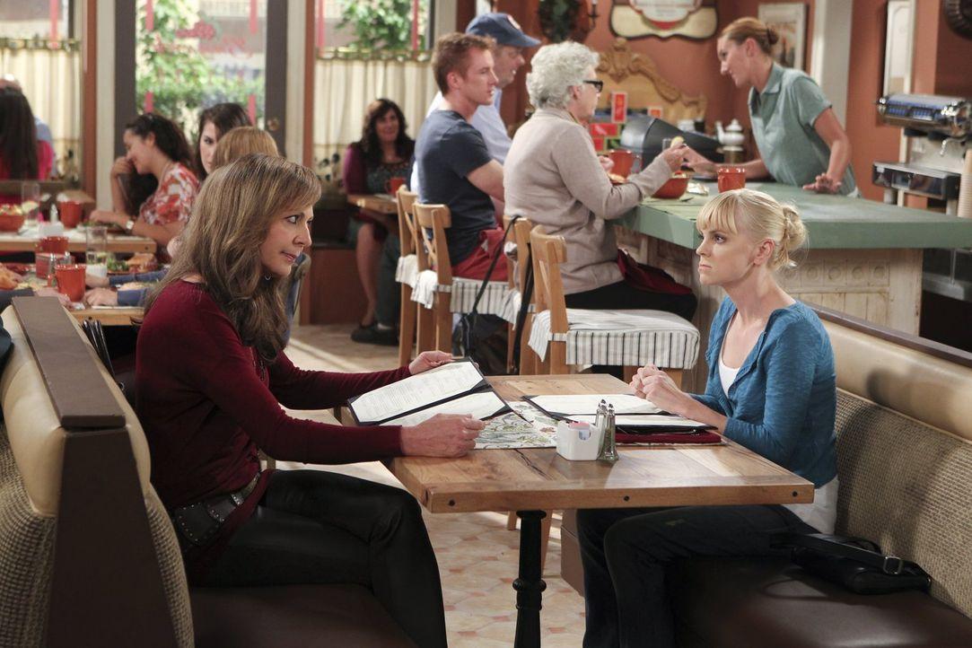 Auch ihrer Mutter Bonnie (Allison Janney, l.) gegenüber möchte sich Christy (Anna Faris, r.) gern milde, gütig und versöhnlich zeigen. Doch in der P... - Bildquelle: Warner Brothers Entertainment Inc.