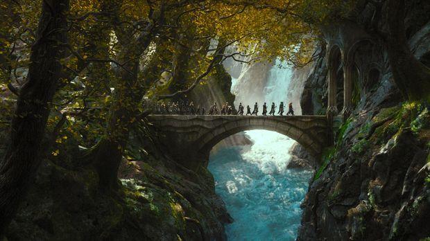 Die Zwerge, zusammen mit dem Hobbit Bilbo und dem Zauberer Gandalf, verfolgen...