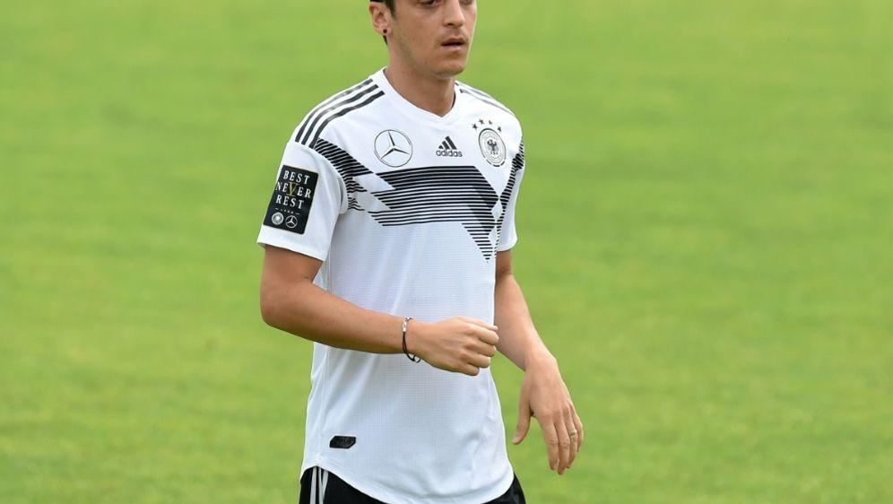 Özil steigt nach Knieproblemen wieder ins Training ein - Bildquelle: AFPSIDCHRISTOF STACHE