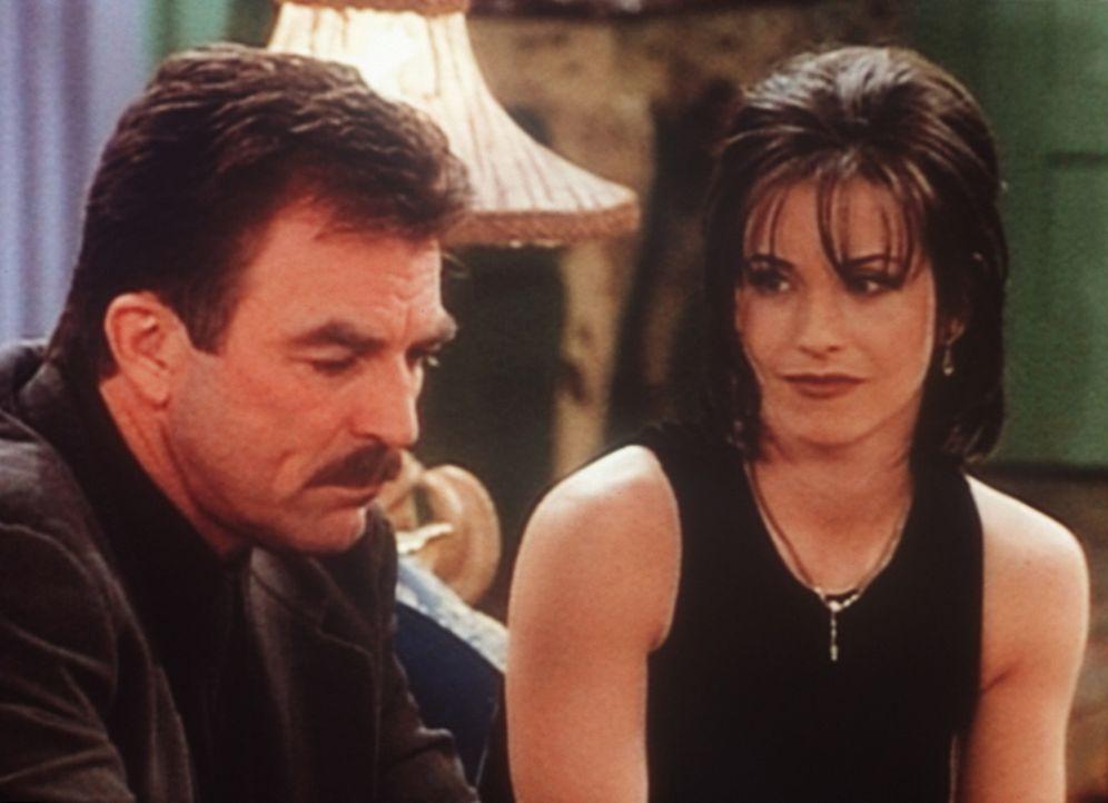 Monica (Courteney Cox, r.) hat sich in Dr. Burke (Tom Selleck, l.) verliebt, den 20 Jahre älteren Freund und Arzt ihrer Familie. - Bildquelle: TM+  2000 WARNER BROS.