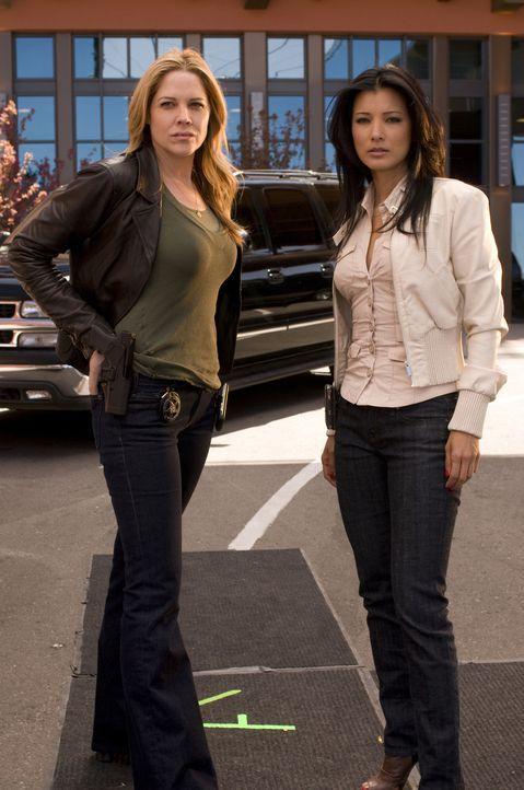 Hat die Ex-Liebhaberin von Helen, Ahn Li (Kelly Hu, r.), etwas mit dem Mord an der Grafikerin zu tun? Mary (Mary McCormack, l.) ist unsicher ... - Bildquelle: USA Network