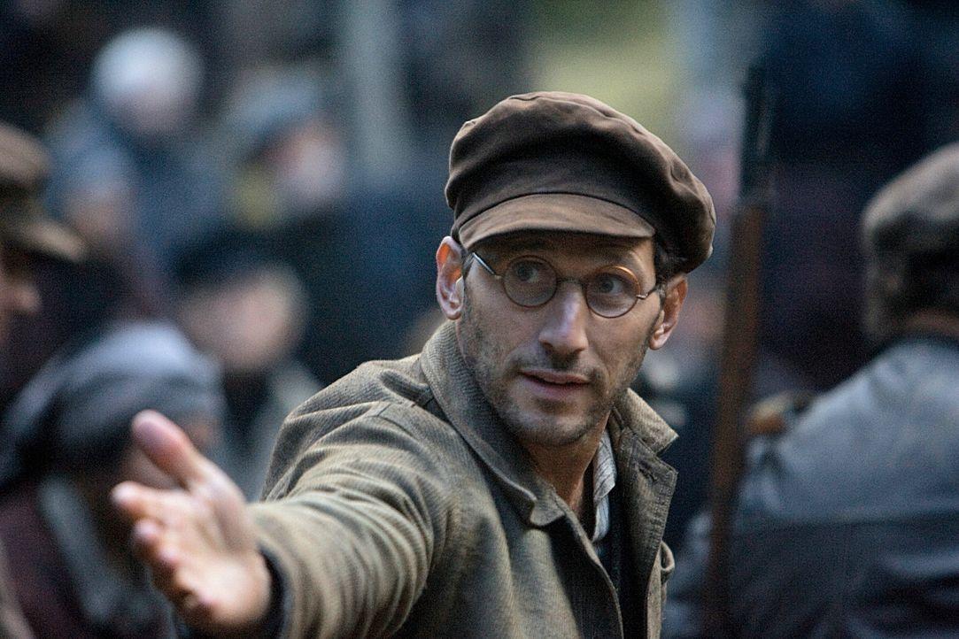 """Um der drohenden Ermordung zu entgehen, flüchtet auch der Intellektuelle Isaac Malbin (Mark Feuerstein) in das """"neue Jerusalem"""". Gemeinsam mit den... - Bildquelle: 2009 Constantin Film Verleih"""