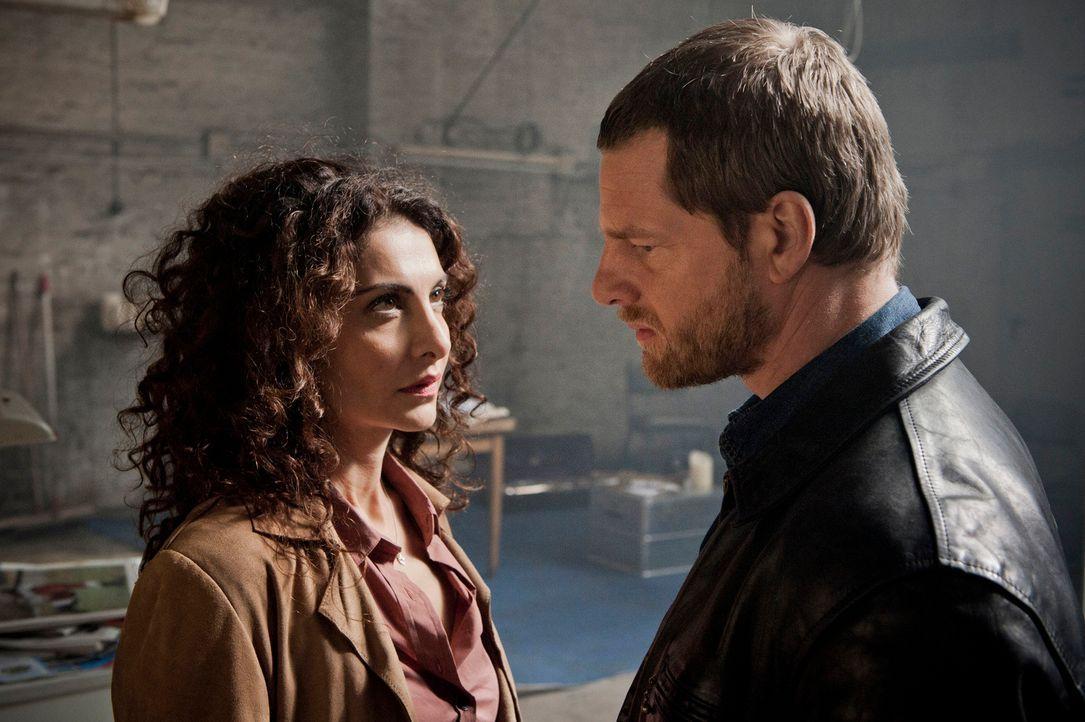 Schwer enttäuscht und tief verletzt von Tanja (Proschat Madani, l.) trifft Mick (Henning Baum, r.) eine folgenschwere Entscheidung ... - Bildquelle: Martin Rottenkolber SAT.1