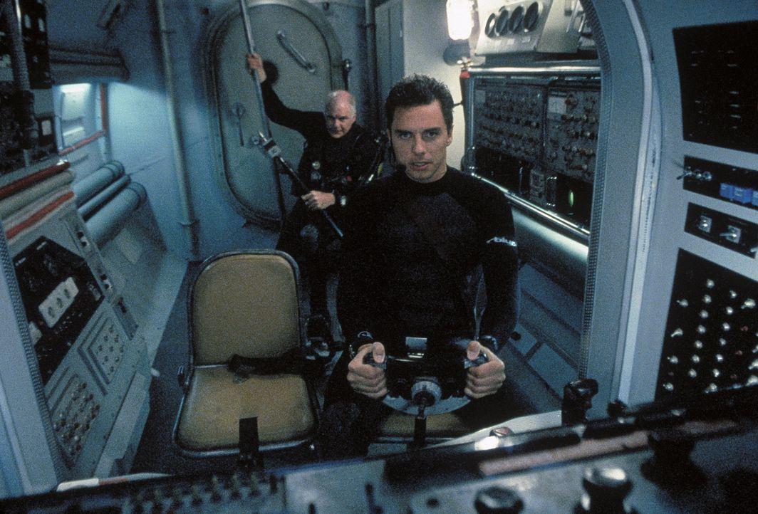 In einem Mini-U-Boot gehen Chuck (Ryan Cutrona, l.) und Ben (John Barrowman, r.) auf die Jagd nach dem Killer-Hai, der seit langem als ausgestorben... - Bildquelle: Nu Image