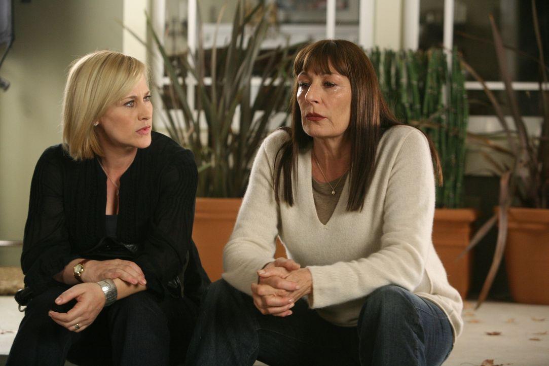 Cynthia (Anjelica Huston, r.) erzählt Allison (Patricia Arquette, l.) von der Entführung ihrer Tochter im Jahr 1988. - Bildquelle: Paramount Network Television