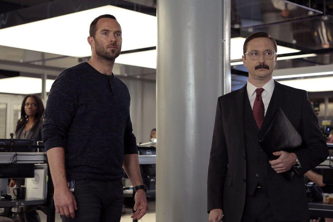 Der knallharte Revisionsleiter Thomas Fischer (John Hodgman, r.) rückt im New Yorker FBI Büro an, um einen Maulwurf zum Schweigen zu bringen, währen... - Bildquelle: Warner Brothers