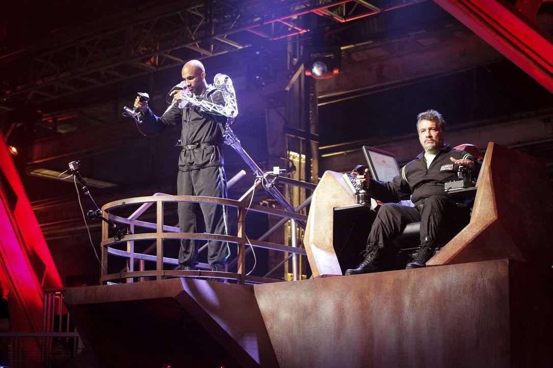 Team Brimstone gibt alles, um den gegnerischen Roboter zu besiegen: Robo-Jockey Devonric Johnson (l.) und sein Robo-Tech Russell Tait (r.) ...