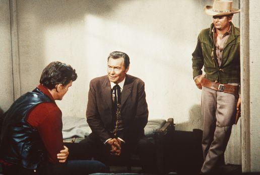 Bonanza - Little Joe Cartwright (Michael Landon, r.) und der Anwalt Fuller (B...