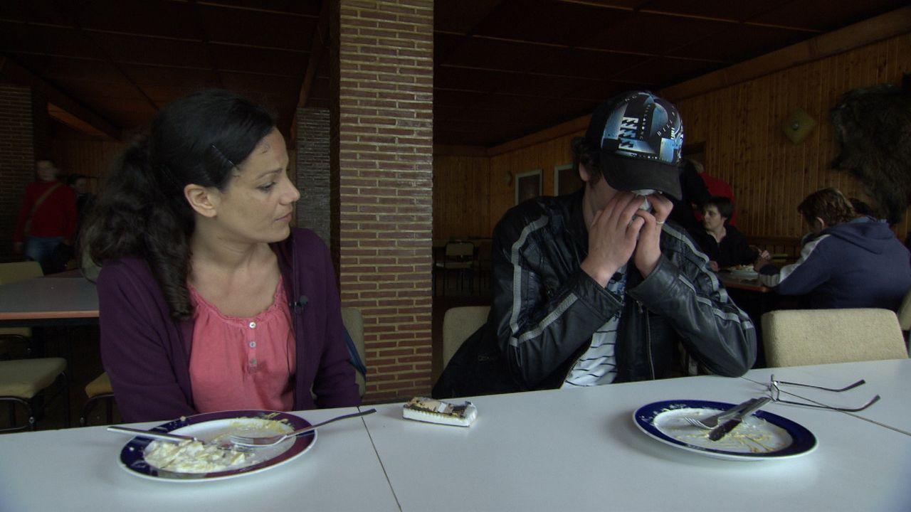 Essen wollen ihn alle, nur ernten will ihn keiner! Reporterin Vanessa Banaschewski (l.) wagt den Selbstversuch und heuert als Spargelstecherin an. A... - Bildquelle: SAT.1