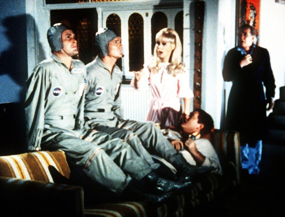 Tony (Larry Hagman, unten.) und Dr. Bellows (Hayden Rorke, r.) hält ein Wirbelsturm in Tonys Haus fest, obwohl sie ein Raumschiff zur Erde zurücklot... - Bildquelle: Columbia Pictures