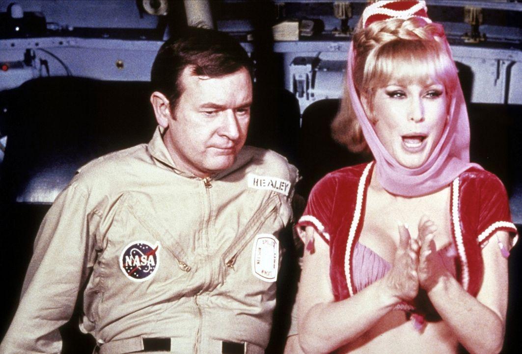 Jeannie (Barbara Eden, r.) zaubert Tony während eines Weltraumfluges nach Hause und sich selbst zu Roger (Bill Daily, l.) in die Mondfähre. - Bildquelle: Columbia Pictures