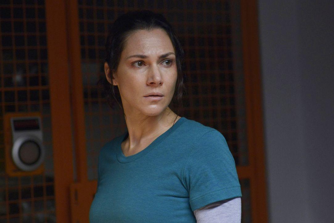 Nachdem Julia (Kyra Zagorsky) eine Entdeckung gemacht hat, versucht sie, ihre eigene Vergangenheit zu rekapitulieren ... - Bildquelle: 2014 Sony Pictures Television Inc. All Rights Reserved.