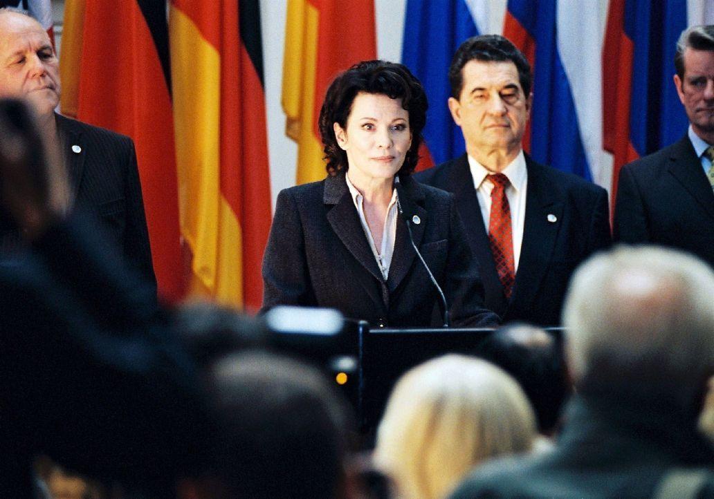 Beim G8-Gipfeltreffen in Heiligendamm erinnert die Kanzlerin (Iris Berben, M.) nochmals an die Versprechen, die Armut in der Welt abzumildern ... - Bildquelle: Stephan Rabold Sat.1