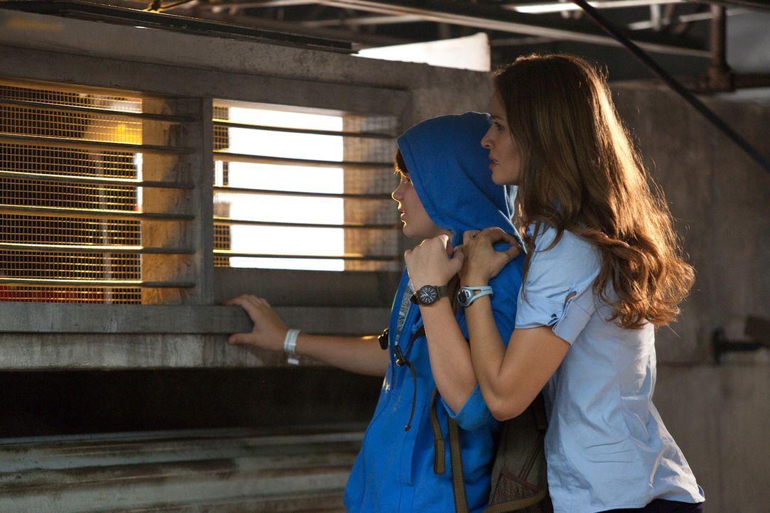 Für die Stewardess Jenny (Mercedes Masöhn, r.) und den zwölfjährigen George (Mattie Liptak, l.) wird ein ganz normaler Flug zu einem Höllentrip ...... - Bildquelle: 2011 Destination Films Distribution Company, Inc. All Rights Reserved.