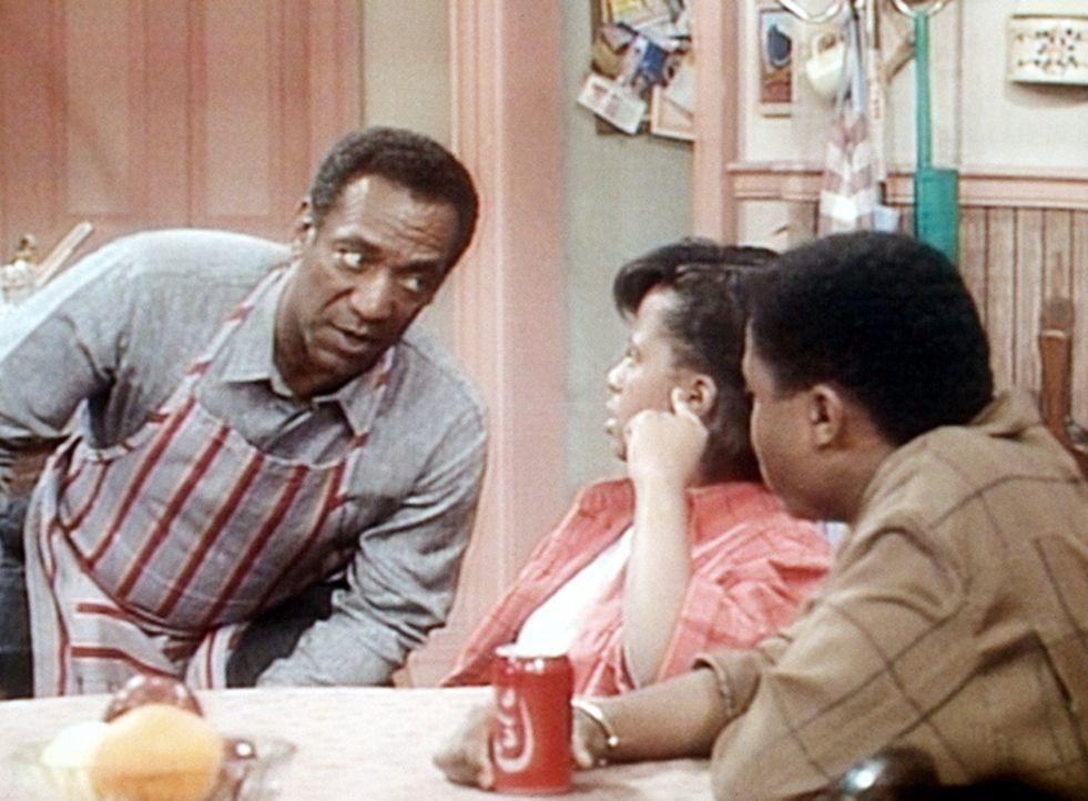 Cliff (Bill Cosby, l.) muss heute auch seine Kinder Vanessa (Tempsett Bledsoe, M.) und Theo (Malcolm-Jamal Warner, r.) beim Essen bedienen, weil er... - Bildquelle: Viacom