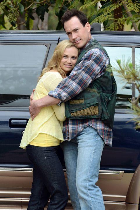 Endlich wieder vereint! Jenna (Fiona Gubelmann, l.) und Drew (Chris Klein, r.) stehen kurz vor ihrer Hochzeit. Wenn da nicht wieder etwas dazwischen... - Bildquelle: 2011 FX Networks, LLC. All rights reserved.