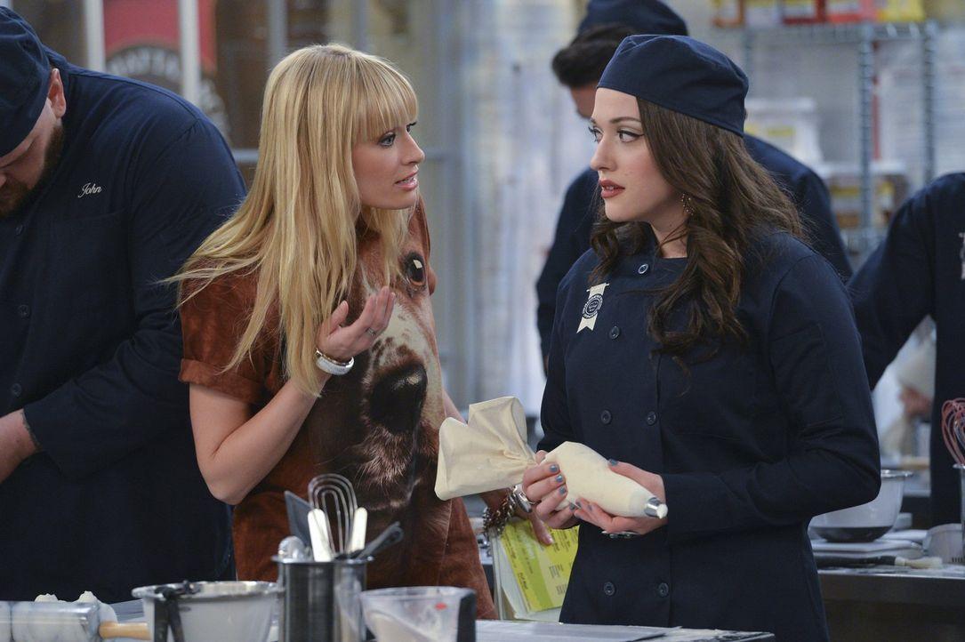 Ihren ersten Schultag hat sich Max (Kat Dennings, r.) irgendwie anders vorgestellt: Während Caroline (Beth Behrs, l.) fleißig den attraktiven Lehrer... - Bildquelle: Warner Bros. Television