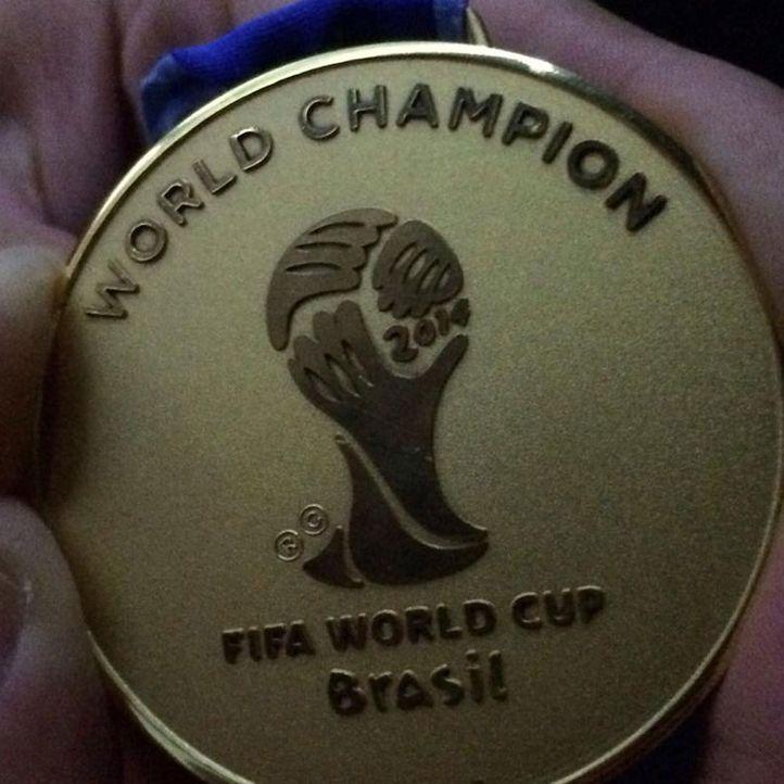 Die schönsten Selfies des WM-Sieges: Die Sieger-Medaille - Bildquelle: Instagram