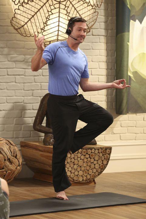 Endlich ist der Tag gekommen: Felix (Thomas Lennon) darf seine Yogakenntnisse als Lehrer unter Beweis stellen, doch seine Unterrichtsstunde verläuft... - Bildquelle: Michael Yarish 2014 CBS Broadcasting, Inc. All Rights Reserved