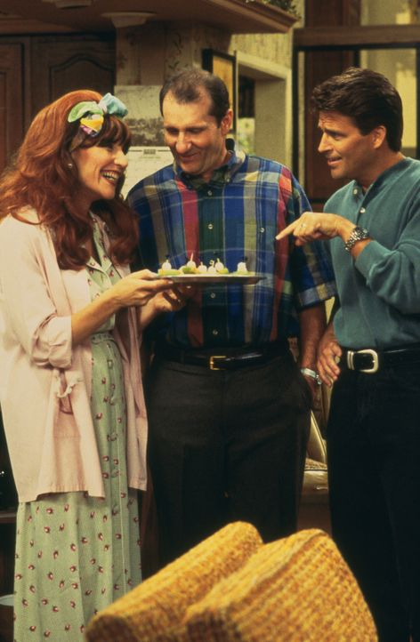 Wird Peggy (Katey Sagal, l.) zur Überraschung ihres Ehemanns Al (Ed O'Neill, M.) und Nachbar Jefferson D'Arcy (Ted McGinley, r.) doch noch zur fürso... - Bildquelle: 1996, 1997 ELP Communications. All Rights Reserved.