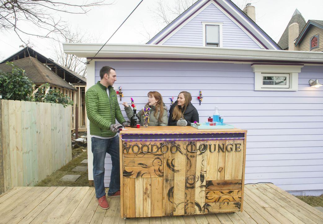 Anders als bei ihrer bisherigen Arbeit, kaufen Mina (r.) und Karen (M.) nicht selbst ein Haus, das sie renovieren, sondern nehmen Hausbesitzer Andys... - Bildquelle: Mary Ann Carter 2017,HGTV/Scripps Networks, LLC. All Rights Reserved