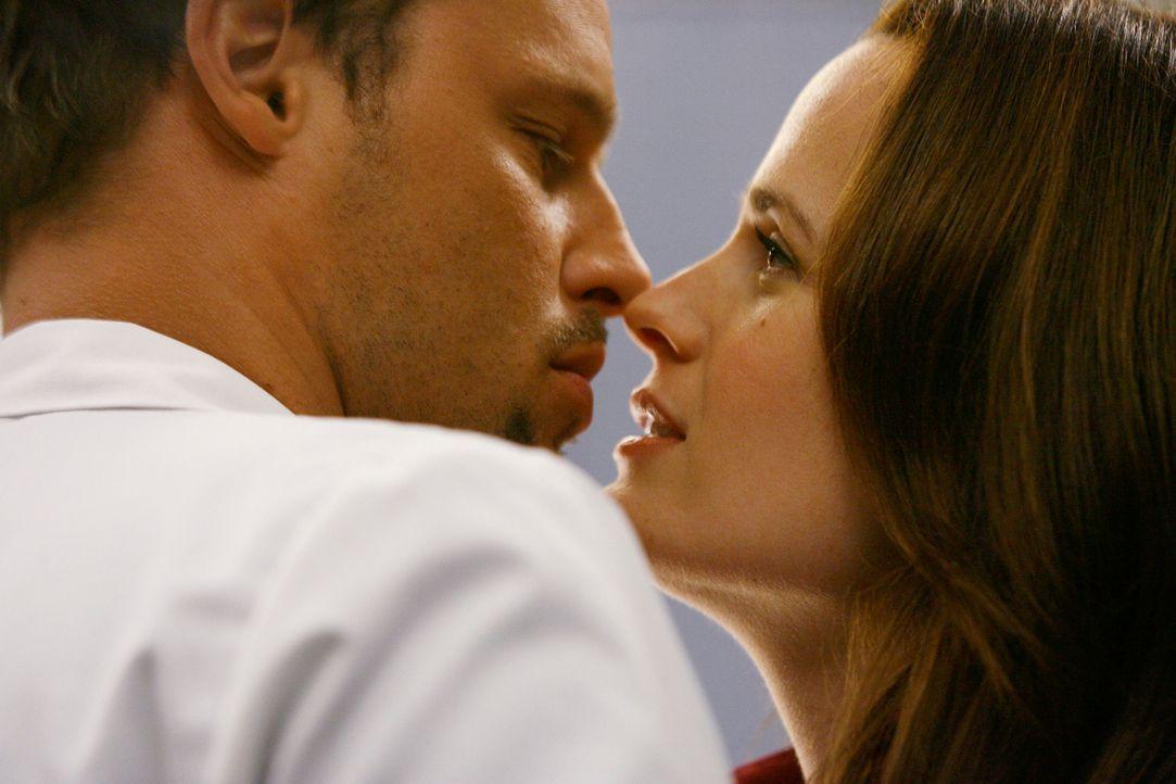 In der Notaufnahme steht Alex (Justin Chambers, l.) plötzlich vor Ava (Elizabeth Reaser, r.) und beginnt sofort, sie leidenschaftlich zu küssen. D... - Bildquelle: Touchstone Television