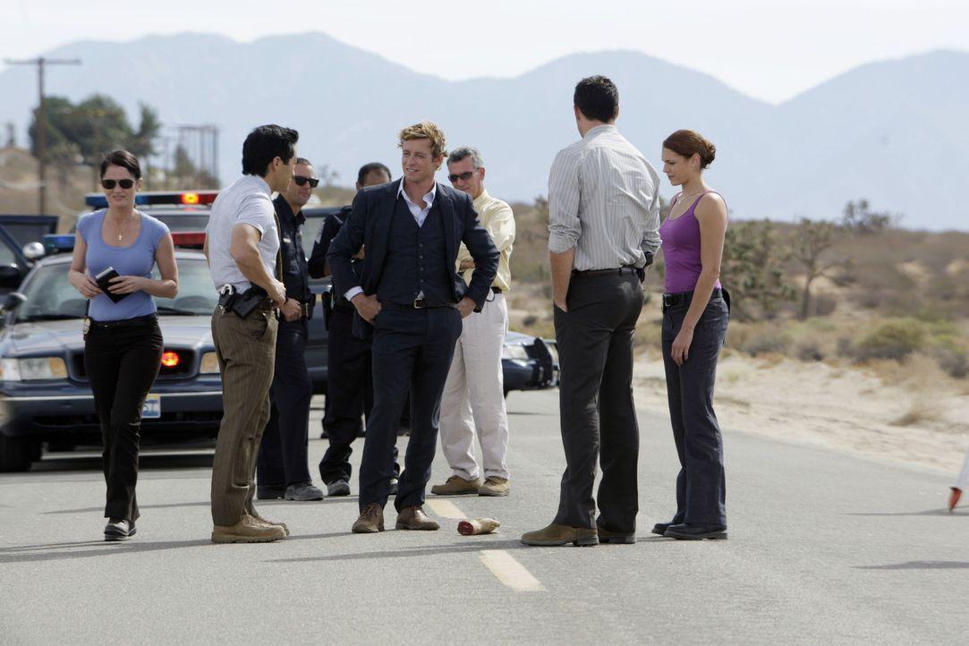 Auf einer Landstraße wird eine abgetrennte Hand gefunden. Patrick Jane (Simon Baker, M.) und seine Kollegen übernehmen den Fall und machen sich au... - Bildquelle: Warner Bros. Television