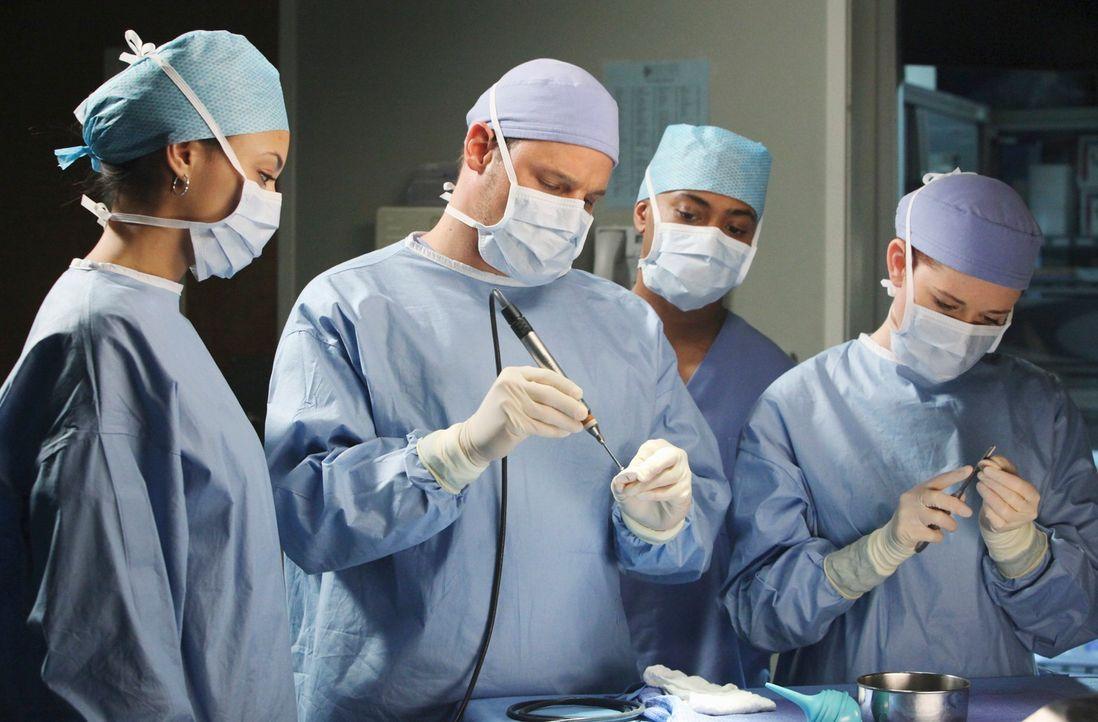 Im Krankenhaus schwirren Erstsemester herum, die den Ärzten für einen Tag zugeteilt sind, um etwas zu lernen: April (Sarah Drew, r.) und Alex (Justi... - Bildquelle: ABC Studios