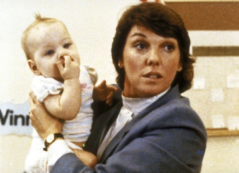Lacey (Tyne Daly) kümmert sich um das taubstumme Findelkind. - Bildquelle: ORION PICTURES CORPORATION. ALL RIGHTS RESERVED.