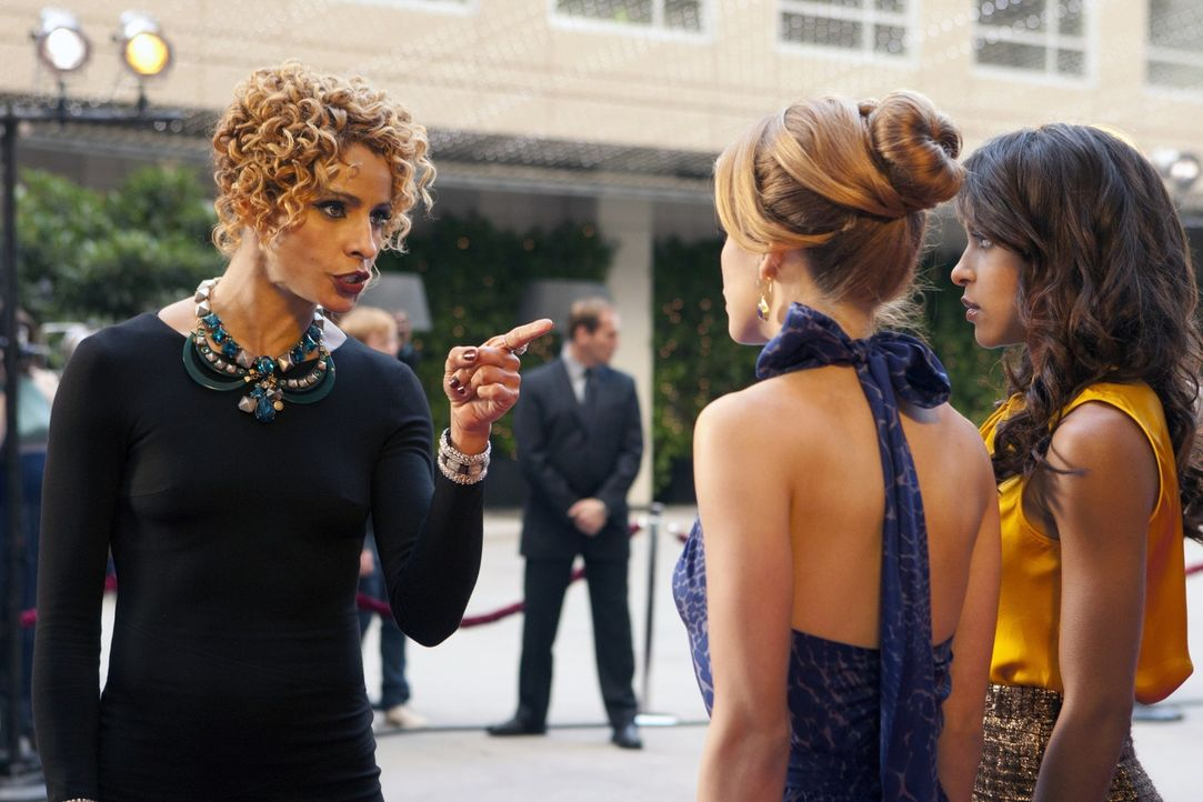 Rachel (Michelle Hurd, l.) ist stinksauer auf Holly (Megalyn Echikunwoke, r.) und Naomi (AnnaLynne McCord, M.), die einen wichtigen Job in den Sand... - Bildquelle: 2011 The CW Network. All Rights Reserved.