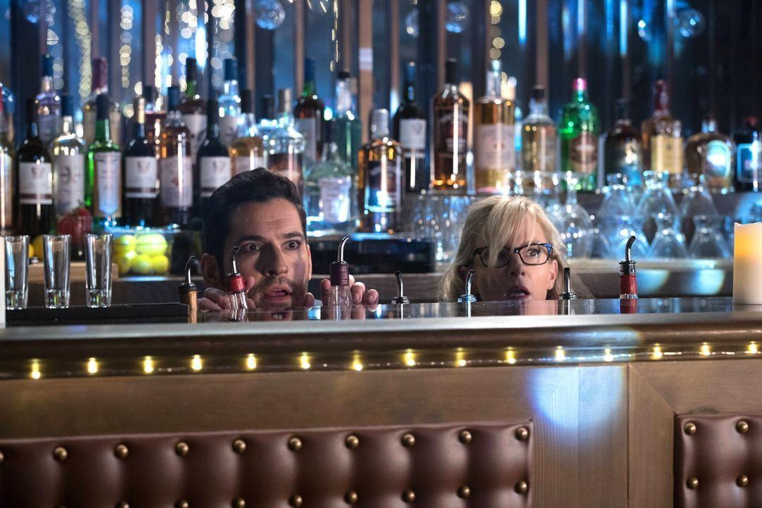 Lucifer (Tom Ellis, l.) und Linda (Rachael Harris, r.) organisieren ein ganz besonderes Treffen, während Maze für Chloe ebenfalls ein Date plant ... - Bildquelle: 2016 Warner Brothers