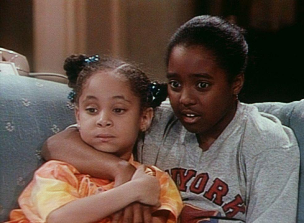 Rudy (Keshia Knight Pulliam, r.) ist als Babysitter von Olivia (Raven Symone, l.) nicht besonders geeignet, denn sie schaut mit ihr einen Gruselfilm... - Bildquelle: Viacom