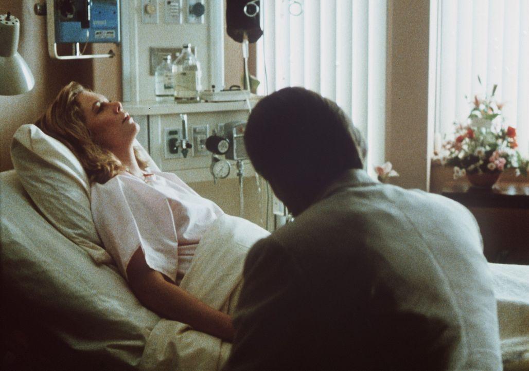 Peggy Sue (Kethleen Turner, l.) ist erleichtert, als sie in der Gegenwart wieder erwacht und ihr Mann Charlie (Nicolas Cage, r.) neben ihr sitzt ... - Bildquelle: TriStar Pictures