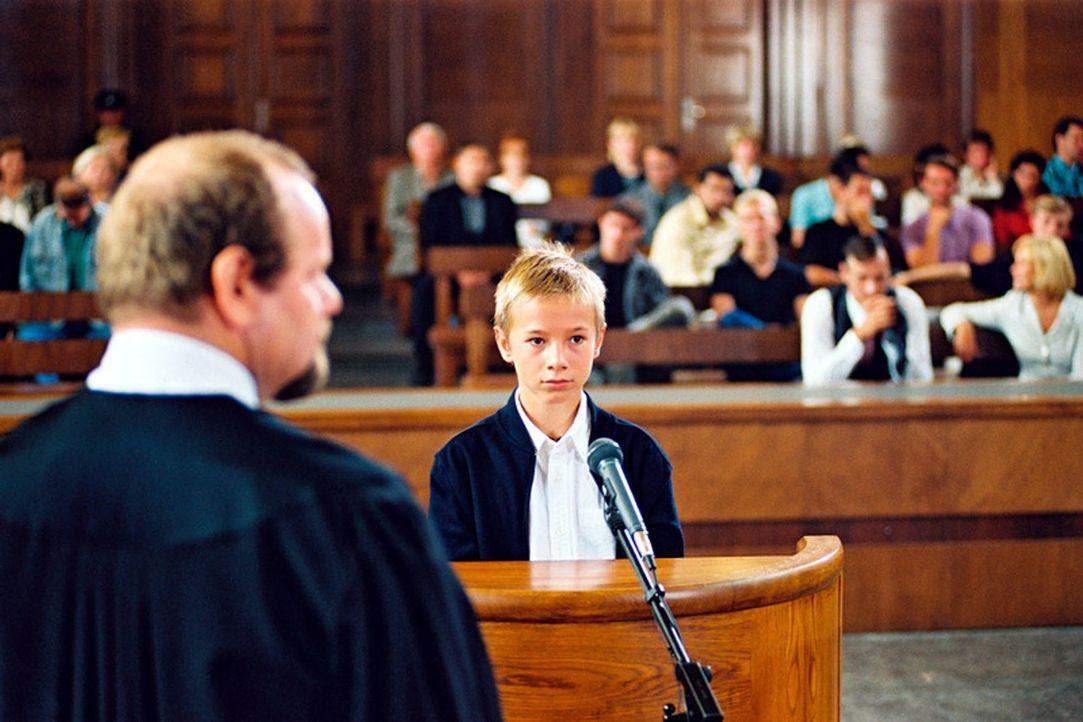 Tom (Marian Lösch, vorne r.) muss vor Gericht aussagen. Bei wem wird er in Zukunft leben? - Bildquelle: Jiri Hanzl Sat.1