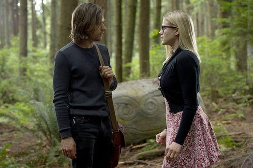 Verzweifelt versuchen Quentin (Jason Ralph, l.) und Alice (Olivia Taylor Dudl...